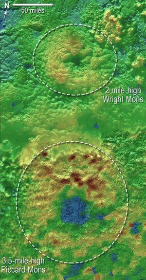 Topografická mapa ukazující dva možné kryovulkány. Horní Wright Mons a dolní Piccard Mons. Nejnižší místa jsou označena modře a nejvyšší červeně zdroj: nasa.gov