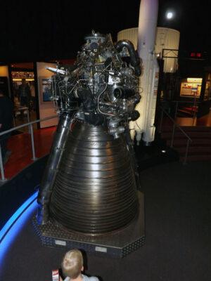 Motor Vulcain z rakety Ariane V vystavený ve Space Expo.
