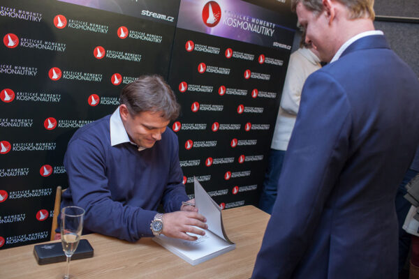 Autor knihy Ondřej Šamárek se na autogramiádě podepisoval všem zájemcům