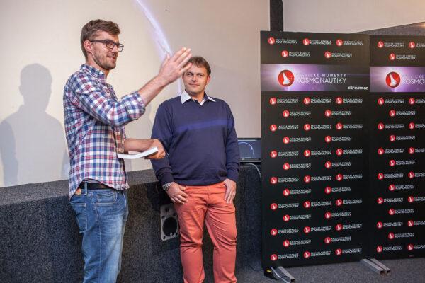 Večerem provázel moderátor Janek Rubeš ze Stream.cz - zde na fotce s autorem knihy Ondřejem Šamárkem