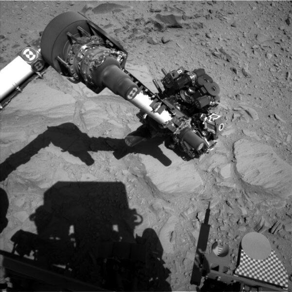 robotickou paži během kontaktního průzkumu povrchu