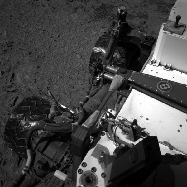 Sol 474 - Kamery NavCam provádí inspekci systému zavěšení kol