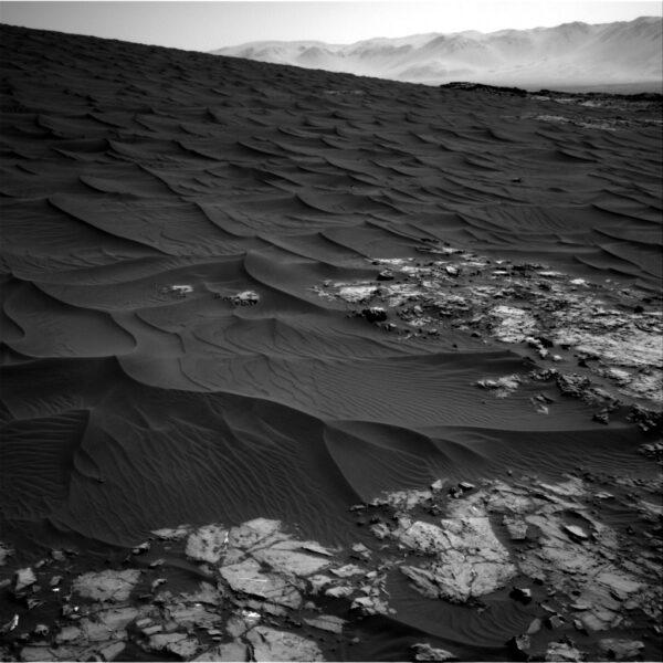 Tmavé duny v okolí vozítka Curiosity