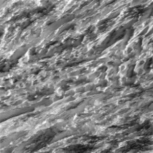 Detailní záběr na oblast jižního pólu. Jsou dobře patrné rýhy na ledovém povrchu