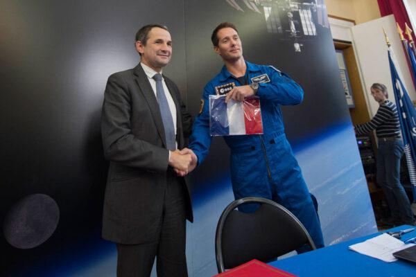 Thomas Pesquet a ministr Mandon - astronaut drží francouzskou vlajku, kterou dopraví na ISS