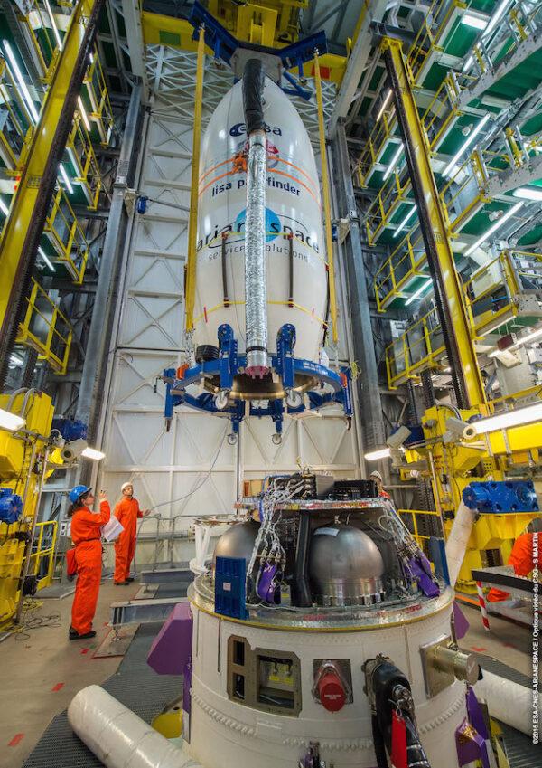 Připojování aerodynamického krytu k raketě Vega