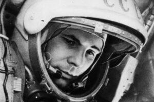 Helma skafandru SK-1. Na snímku lze vidět některé zajímavé detaily - například lanka automatického sklápění hledí (jedno je zřetelné vedle pravého oka Gagarina).
