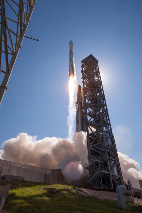 Atlas 5 opouští startovací rampu