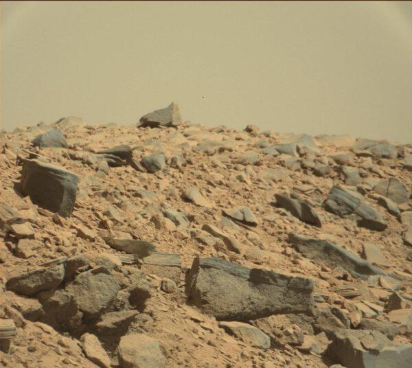 Sol 529 - na kamenech je vidět široké spektrum struktur a zrnitosti