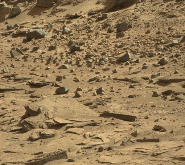 Sol 529 - na kamenech je krásně vidět vrstevnatá struktura