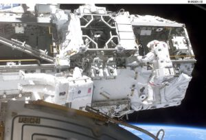 Mobilní plošina na ISS během výstupu