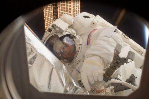 Jurij Malenčenko při výstupu do volného kosmu během 16. dlouhodobé expedice.