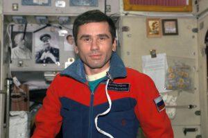 Jurij Malenčenko v modulu Zvezda při sedmé expedici na ISS