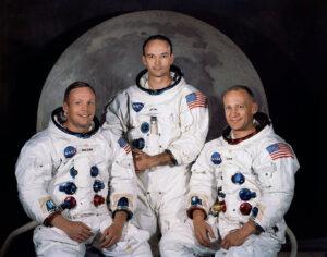 Na snímku posádky Apolla 11 je patrný rozdíl mezi skafandry pilota velitelského modulu (uprostřed) a ostatními dvěma kolegy. Miku Collinsovi chybí řadá portů na levé straně břicha a je zřetelná menší šířka v ramenou.