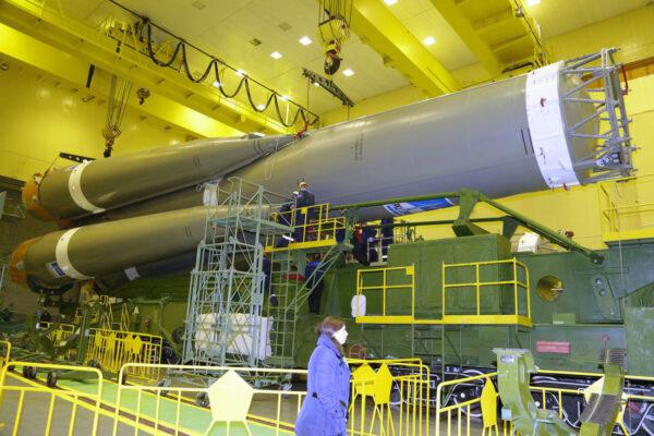 Velikost rakety vynikne při srovnání s lidskou postavou