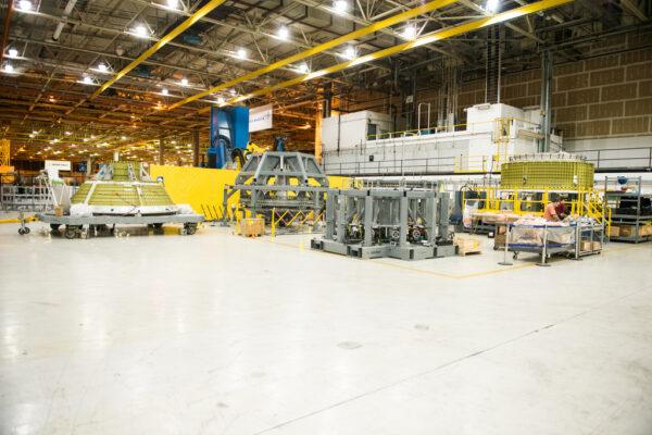 Celkový pohled na dvě zbývající části, které se ještě musí svařit pro dokončení kostry lodi Orion