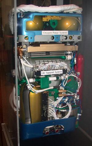 Pohled do nitra batohu PLSS, povšimněte si systému OPS nahoře (se dvěma kulovitými nádržemi na kyslík)