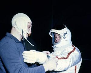 Pozemní nácvik: Volynov (vlevo) pomáhá Chrunovovi upravit rukavici