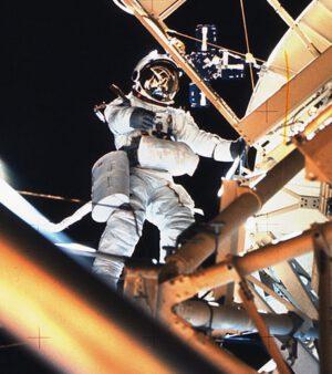 """Owen Garriot ve skafandru A7LB upraveném pro Skylab. Povšimněte si """"krabice"""" OPS na pravém stehně a jednotky PCU na břiše."""