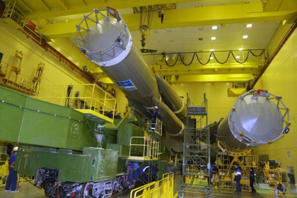 V montážní hale se vždy připravuje několik raket