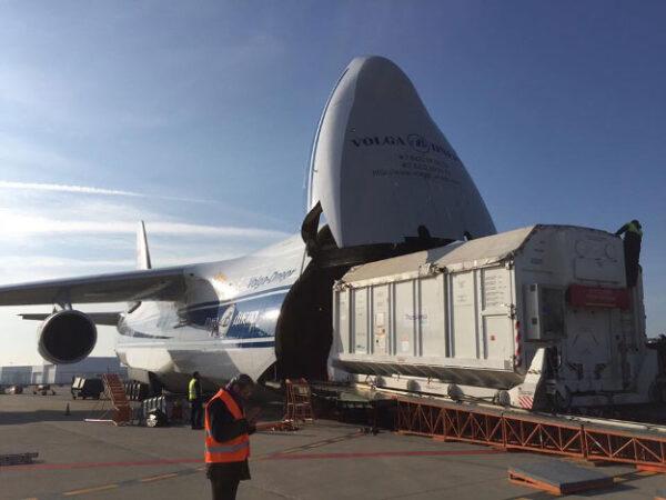 Nakládání kontejneru do letounu Antonov-124 na turínském letišti