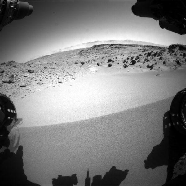 Sol 533 - kamera HazCam snímá přejezd duny Dingo Gap
