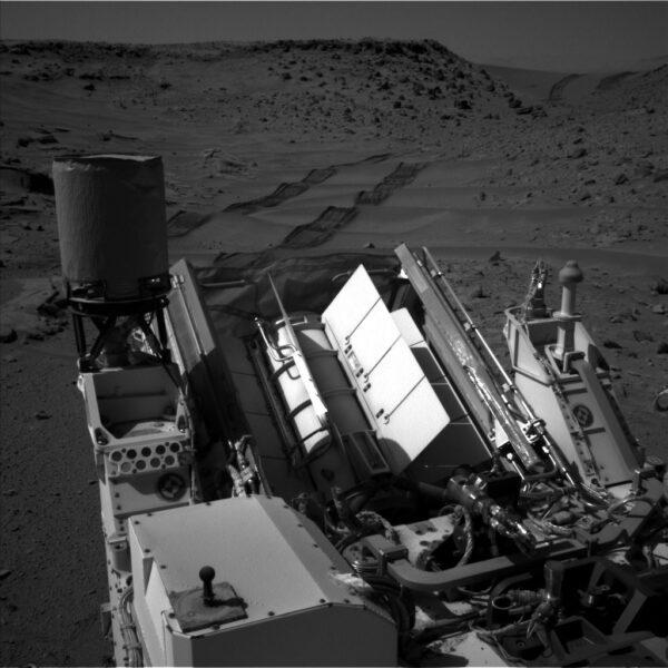 Sol 539 - Zpětný pohled z kamery NavCam ukazuje překrásné stopy kol v jemném písku