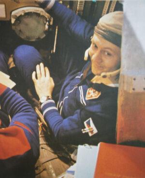Fotka z přípravy Vladimíra Remka na jeho kosmickou misi. Povšimněte si tužek s gumami na jeho paži.
