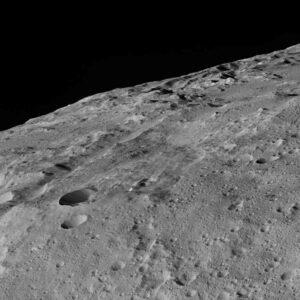 Povrch Ceres z nejnižší orbity 385 km. Zdroj: NASA/JPL-Caltech/UCLA/MPS/DLR/IDA