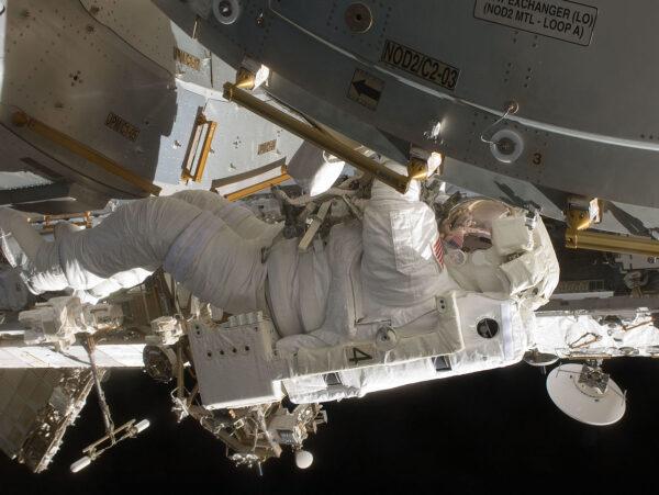Tim Kopra během kosmické vycházky během mise STS-127