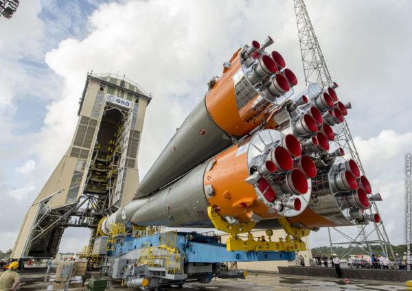 Sojuz na rampě před mobilní obslužnou věží