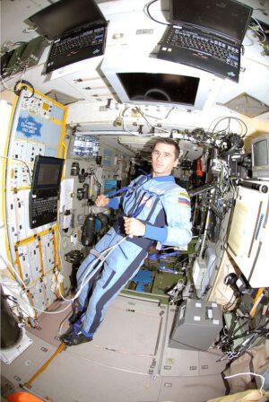 Expedice 16 - Jurij Malenčenko v modulu Zvezda