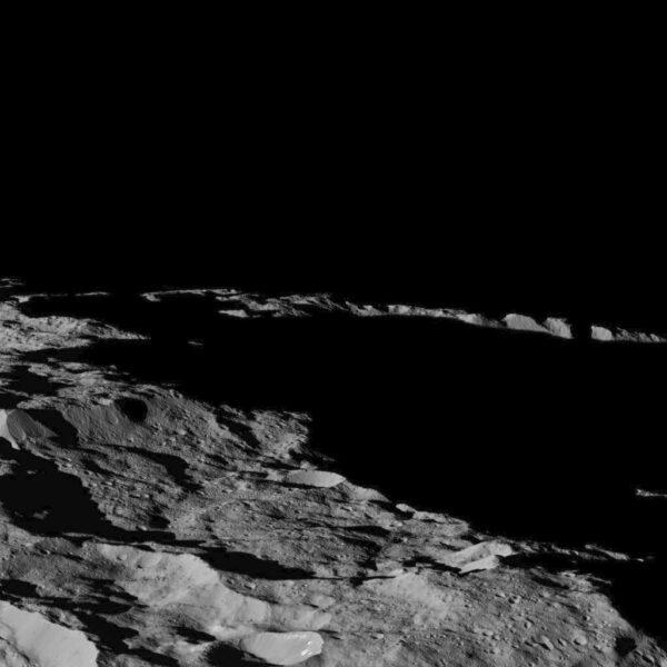 Ceres – oblast kolem jižního pólu se stínem zalitými krátery. Zdroj: NASA/JPL-Caltech/UCLA/MPS/DLR/IDA