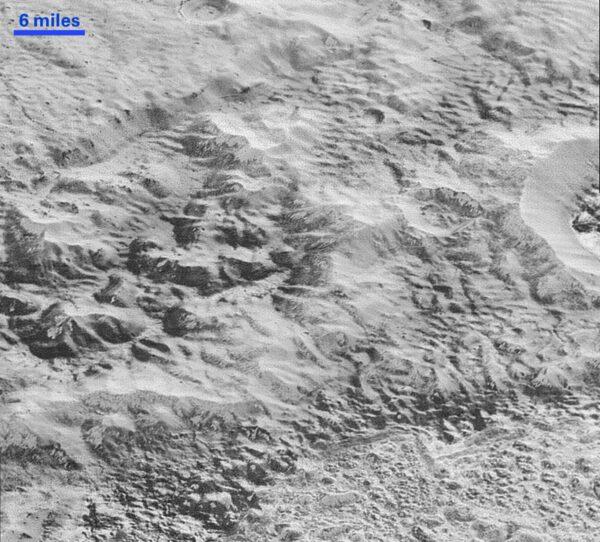 Ledové kry, rozlámané a různě přes sebe naskládané tvoří horstvo