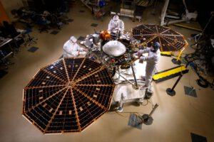 Sonda InSight podstoupila řadu testů, poloha problematického přístroje SEIS je ve střední části a jedná se o velké světlé kovové pouzdro.