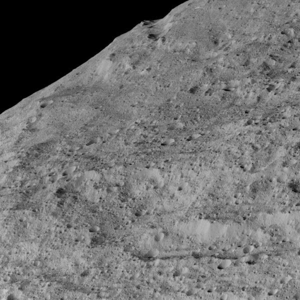 Ceres – oblast Samhain Catena. Zdroj: NASA/JPL-Caltech/UCLA/MPS/DLR/IDA