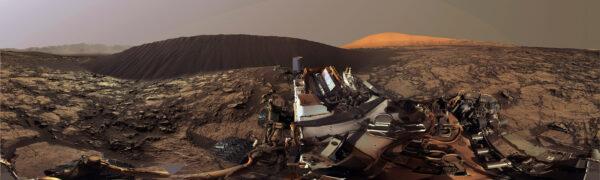 Sol 1197 panorama Curiosity, duny Namib, světlého kopce Aeolis Mons a okolí. Foto: NASA/JPLMSSS/Elisabetta Bonora