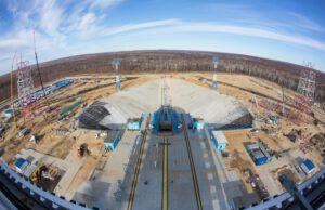 Výhled z obslužné věže na startovací rampu