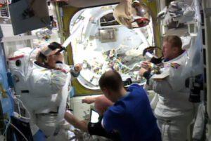 Tim Kopra (vpravo) si utírá hlavu ručníkem po návratu na stanici