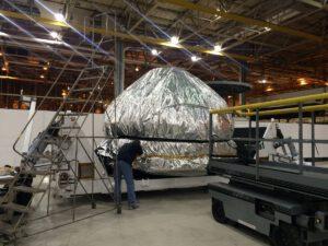 Zabalená kabina Orionu, která se přesouvá na KSC