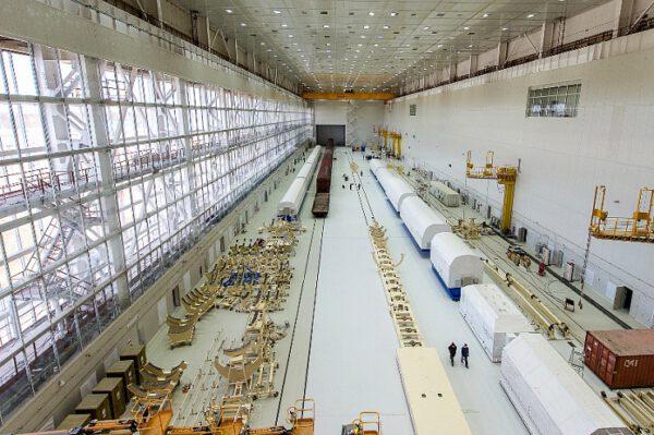 … a zevnitř. Kontejnery s částmi nosné rakety čekajícími počátku října na konečnou montáž v montážní hale.
