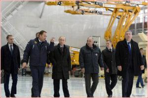 Ruský prezident Putin v doprovodu šéfa Roskosmu Igora Komarova (vlevo) při návštěvě montážní haly 14.října