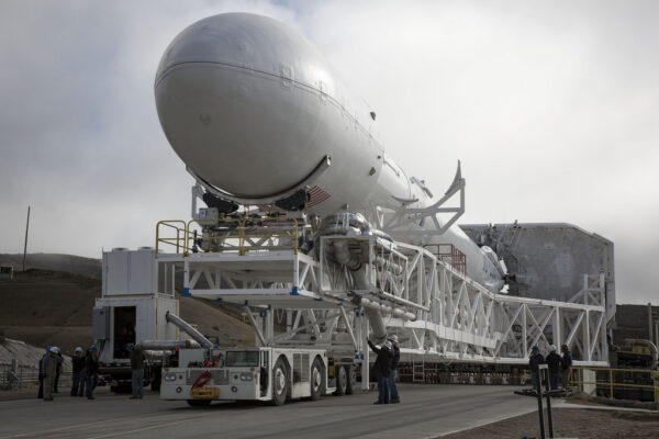 Vývoz Falconu 9 v1.1 s družicí Jason-3 na startovní rampu