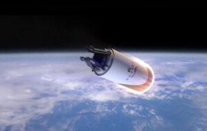 Horní stupeň Falconu vybavený tepelným štítem se vrací z oběžné dráhy - SpaceX tento model dočasně opustila.