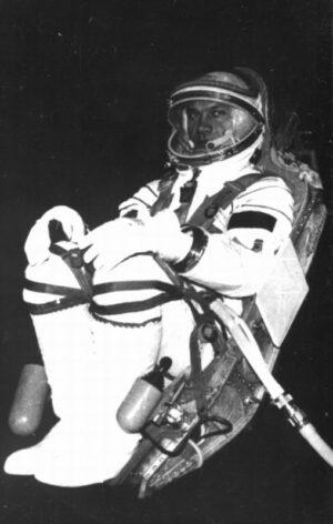 Vladimir Džanibekov ve skafandru Sokol-K
