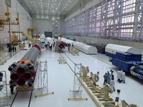 Interiér montážní haly na kosmodromu Vostočnyj