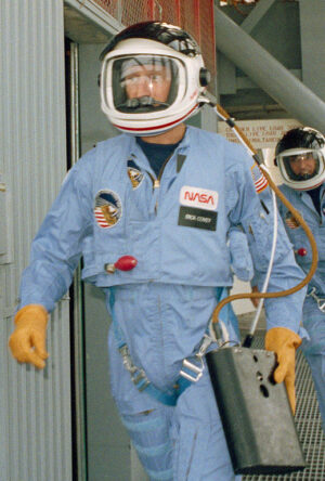 Dick Covey během výcviku k misi STS-51I. Povšimněte si PEAP v jeho ruce.