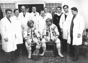 Posádka Sojuzu-12 s pracovníky Zvezdy
