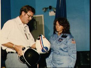 Christa McAuliffe při instruktáži ohledně používání LEH. V osudný den ji však helma nemohla zachránit...