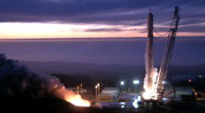 Statický zážeh prvního stupně rakety Falcon 9 v1.1 pro start s družicí Jason-3